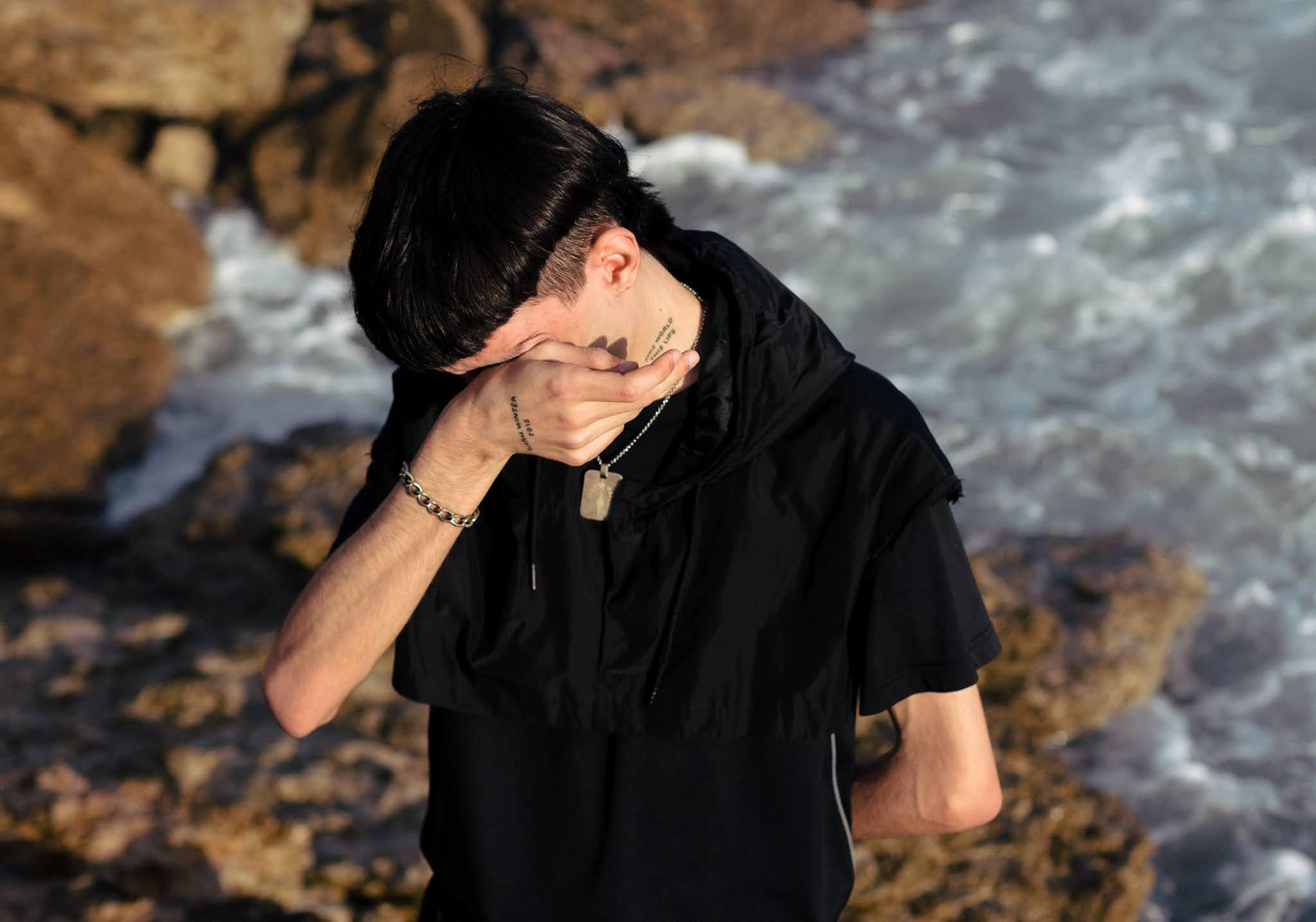 """FARWARMTH apresenta """"Momentary Glow"""" em mini-digressão"""